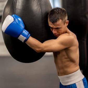 Vista lateral del entrenamiento de boxeador masculino
