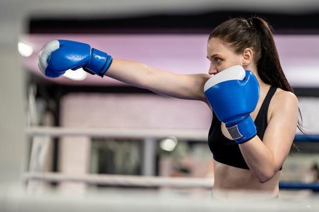 Vista lateral del entrenamiento de boxeadora