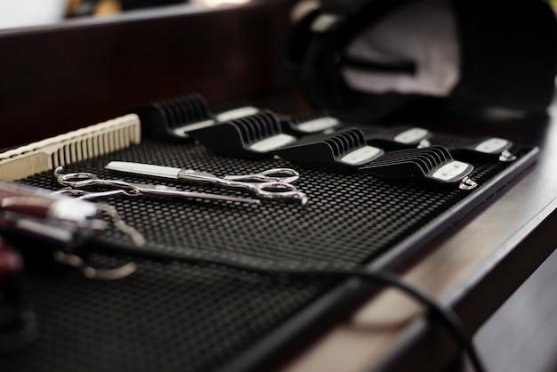 Vista lateral esencial de peluquería profesional