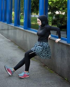 Vista lateral de estiramiento de atleta