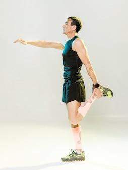 Vista lateral de estiramiento masculino