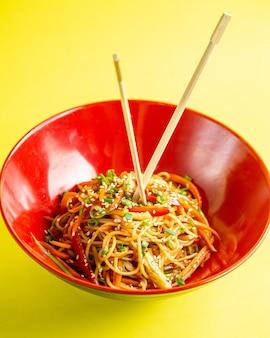 Vista lateral de fideos japoneses con verduras