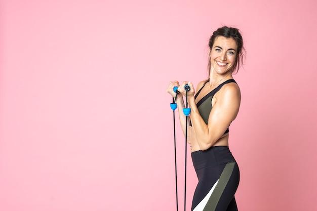 Vista lateral fitness mujer entrenamiento y estiramiento en copyspace aislado