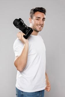 Vista lateral del fotógrafo masculino