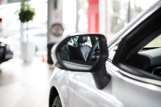 Vista lateral frontal del auto nuevo con espejo