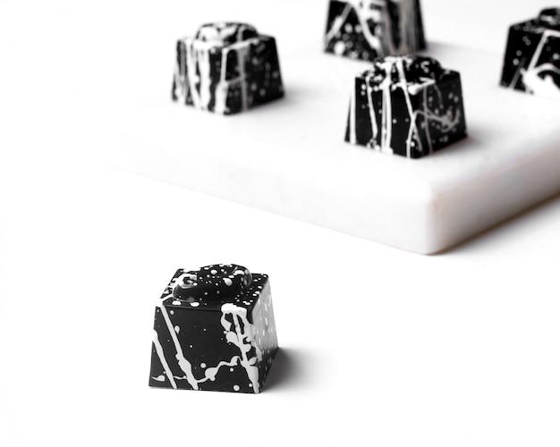 Vista lateral de las galletas de halloween de chocolate blanco sobre blanco