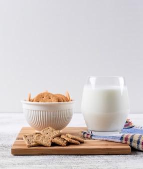 Vista lateral de galletas con leche o