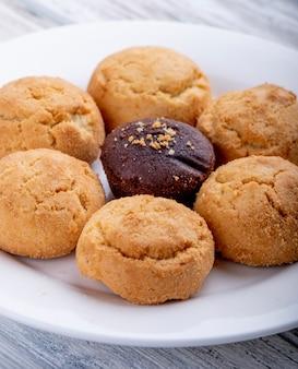 Vista lateral de galletas en un plato blanco