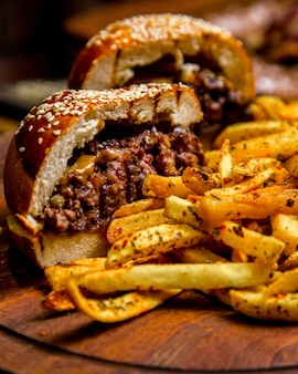 Vista lateral de hamburguesa de carne papas fritas