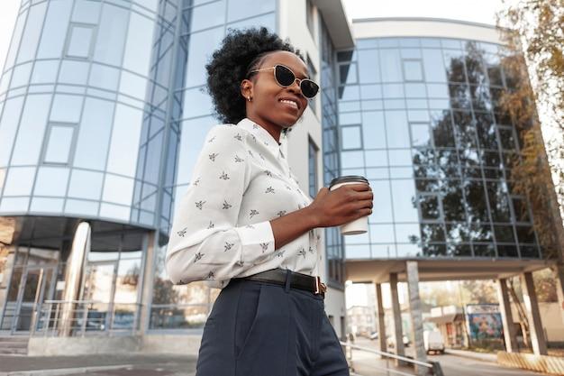 Vista lateral hembra joven con café al aire libre