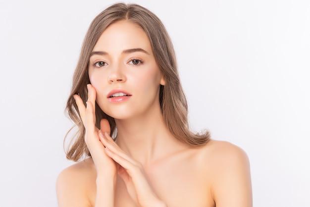 Vista lateral hermosa joven asiática con piel limpia y fresca, cuidado de la cara, tratamiento facial. cosmetología, belleza. retrato de mujeres asiáticas