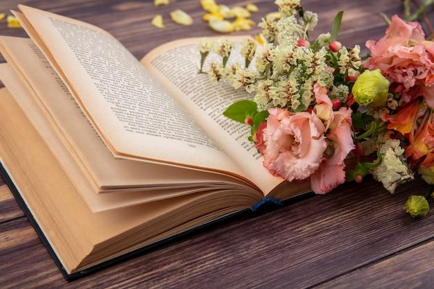 Vista lateral de hermosas y diferentes flores sobre una superficie de madera