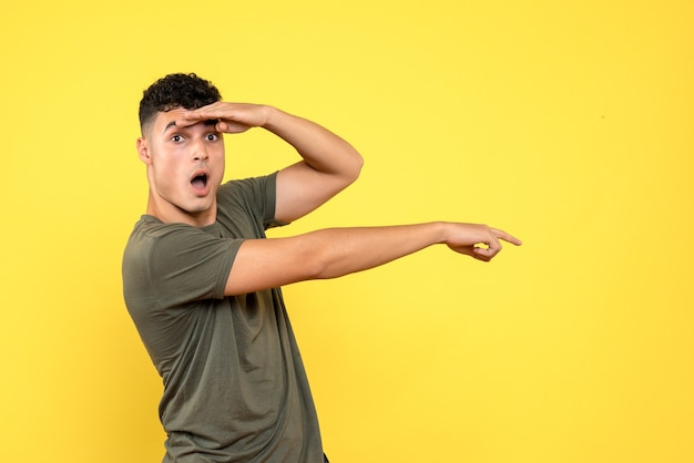 Vista lateral del hombre al que el sorprendido hombre con la boca abierta señala hacia un lado