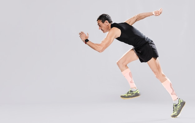 Vista lateral hombre corriendo