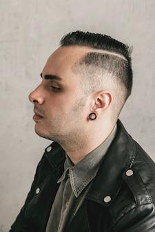 Vista lateral hombre con corte de pelo vintage