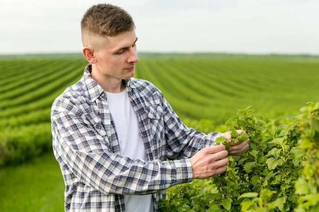 Vista lateral del hombre en la granja