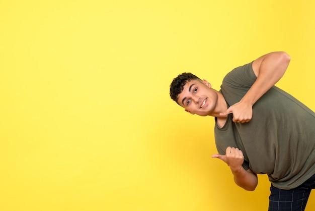 Vista lateral de un hombre, el hombre sonriente se inclinó hacia un lado y levanta el pulgar