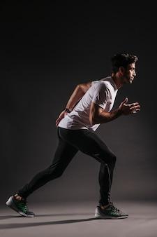 Vista lateral hombre listo para correr
