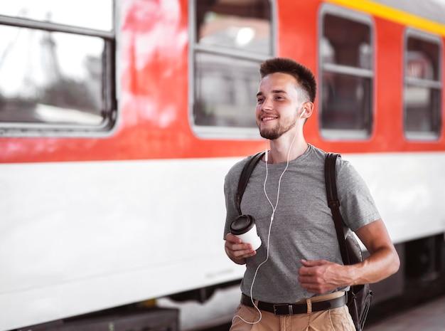 Vista lateral, hombre, llevando, auriculares