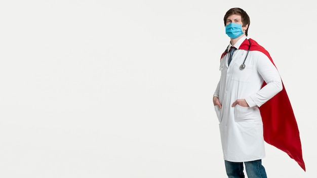 Vista lateral hombre con mascarilla quirúrgica