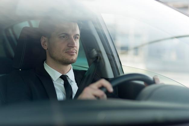 Vista lateral hombre moderno conduciendo