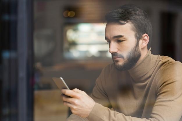 Vista lateral hombre de negocios control móvil