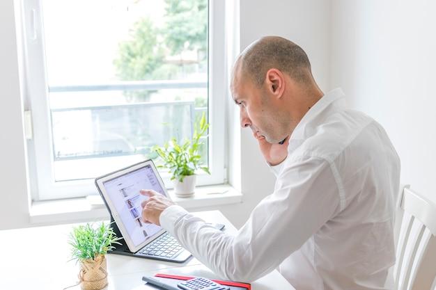 Vista lateral de un hombre de negocios trabajando en la computadora portátil
