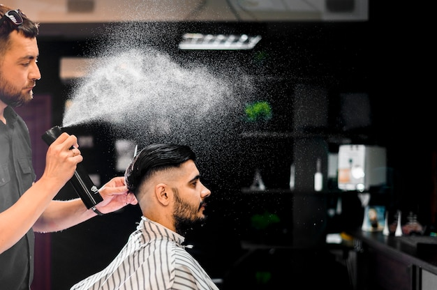 Vista lateral del hombre obteniendo un nuevo peinado