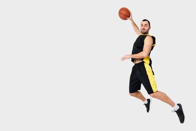 Vista lateral del hombre posando en el aire mientras se sumerge con espacio de copia