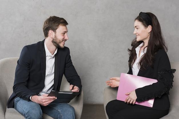 Vista lateral del hombre siendo entrevistado para un puesto de trabajo