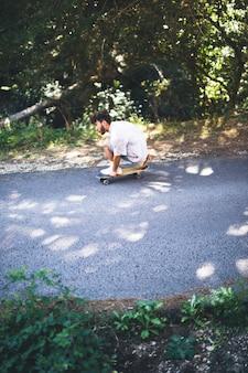 Vista lateral del hombre skateboarding