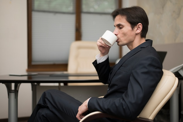 Vista lateral del hombre tomando café