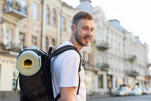 Vista lateral del hombre turista con mochila