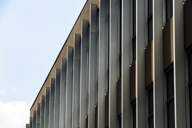 Vista lateral imponente edificio con ventanas