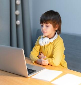 Vista lateral de las interacciones escolares en línea del niño