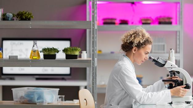 Vista lateral de la investigadora en el laboratorio.