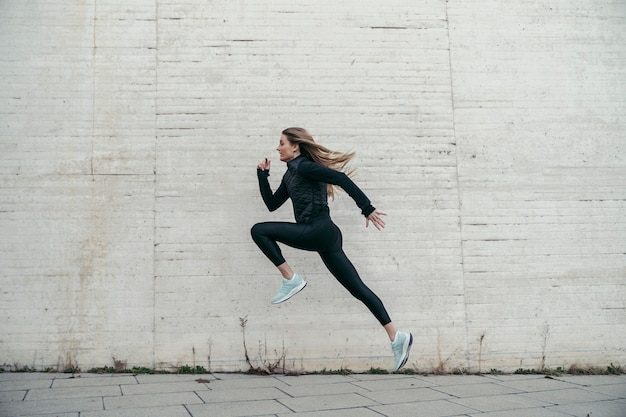 Vista lateral del joven deportista saltando