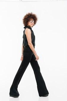 Vista lateral de una joven empresaria exitosa caminando