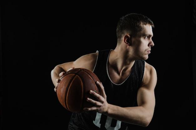 Vista lateral de jugador de baloncesto entrenando