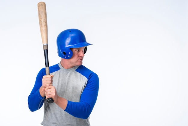 Vista lateral del jugador de béisbol con espacio de copia