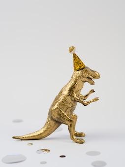 Vista lateral del juguete dorado t-rex