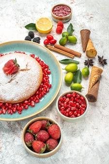 Vista lateral desde lejos un pastel un pastel con bayas cítricos mermelada limón canela anís estrellado