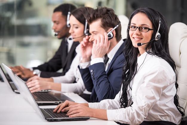 La vista lateral de la línea de empleados del centro de llamadas está trabajando.