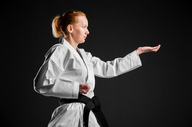 Vista lateral del luchador de karate practicando
