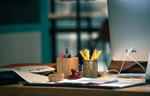 Vista lateral del lugar de trabajo con computadora