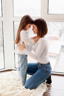 Vista lateral madre e hija