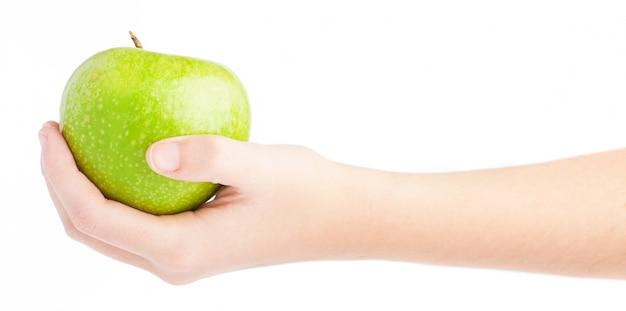 Vista lateral de mano con una manzana verde