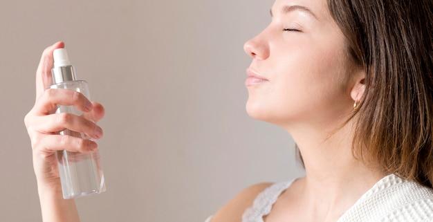 Vista lateral maquillaje fijación spray