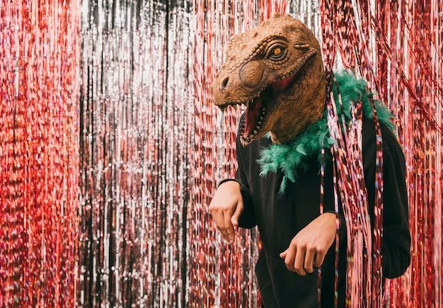 Vista lateral masculina en traje de dinosaurio