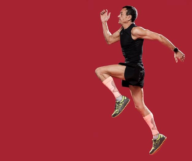 Vista lateral masculino corriendo